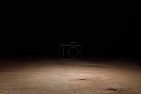 Photo pour Surface texturée en bois marron sur noir - image libre de droit