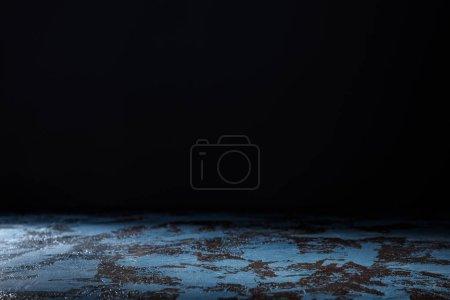 Photo pour Fond en bois texturé bleu sur fond noir - image libre de droit