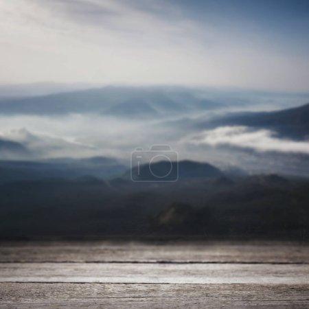 Photo pour Rayé en bois fond sur fond d'écran de belles montagnes - image libre de droit