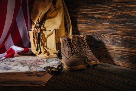 Photo pour Bottes de trekking, matériel de randonnée, carte, sac à dos et drapeau américain, concept de voyage - image libre de droit