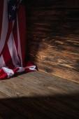 """Постер, картина, фотообои """"крупным планом вид на деревянных фоне, путешествия концепция американского флага"""""""