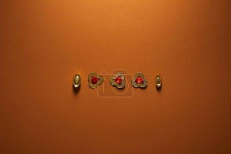 Photo pour Vue de dessus des décorations traditionnelles des chinoises dorées sur fond brun - image libre de droit