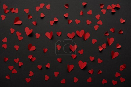 sans soudure fond noir avec l'espace de copie et de papier coupe des coeurs rouges