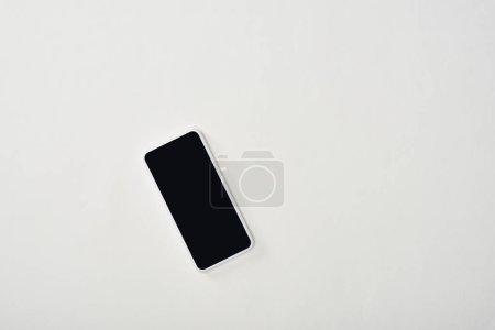 Photo pour Vue de dessus du smartphone avec écran blanc sur fond blanc - image libre de droit