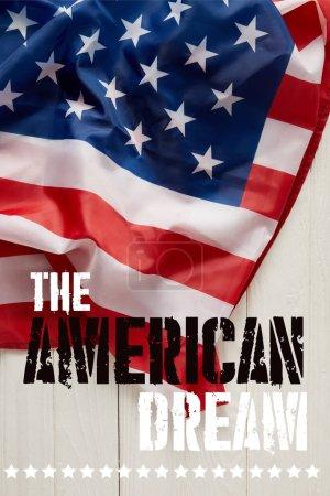 Photo pour Drapeau des États-Unis avec le lettrage du rêve américain et les étoiles sur une surface en bois blanche - image libre de droit