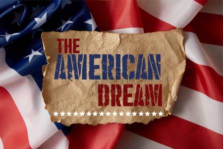 Photo pour Papier froissé vintage avec le lettrage de rêve américain sur le drapeau américain - image libre de droit