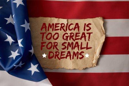 Photo pour Papier froissé vintage avec de l'Amérique est trop grand pour les petits rêves citation sur le drapeau américain - image libre de droit