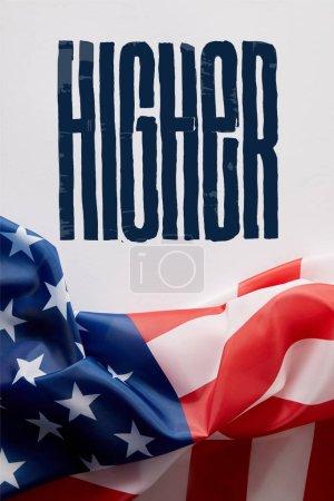 Draufsicht auf die Flagge der Vereinigten Staaten von Amerika und höherer Schriftzug auf weißer Oberfläche