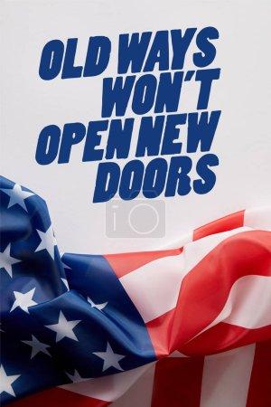 Draufsicht der Vereinigten Staaten von Amerika Flagge und alte Wege werden keine neuen Türen öffnen Zitat auf weißer Oberfläche
