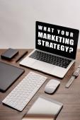 """Постер, картина, фотообои """"плоский рельеф гаджетов и ноутбук с что вашей маркетинговой стратегии вопрос на экране на рабочем месте изолированы на серый"""""""