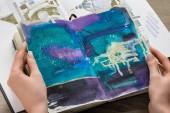 """Постер, картина, фотообои """"вид сверху женские руки, держа ноутбук с абстрактными синий рисунок"""""""