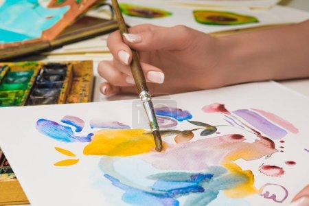 Photo pour Mise au point sélective du dessin à la main féminin sur papier avec aquarelle et pinceau - image libre de droit