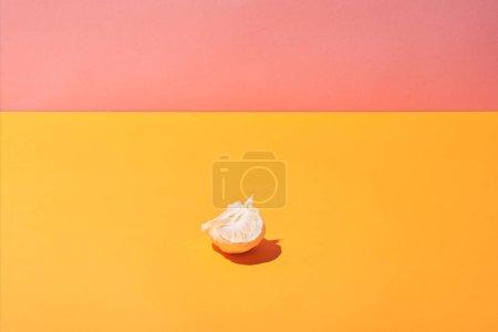 Photo pour Tranches fraîches de mandarine sur fond jaune de surface et rose - image libre de droit