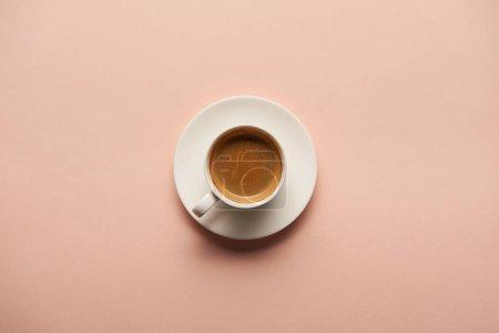 Photo pour Vue de dessus de savoureux expresso en tasse blanche sur fond rose - image libre de droit