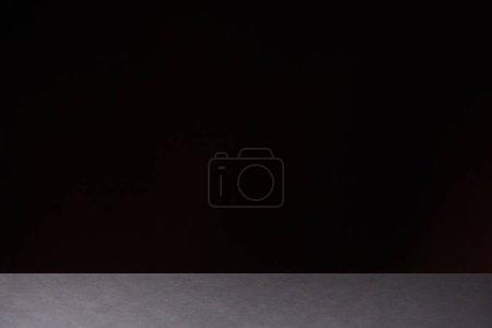 Photo pour Table en pierre gris texturé isolée sur fond noir - image libre de droit