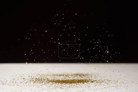 Photo pour Foyer sélectif de la table blanche avec des étincelles lumineuses isolées sur noir - image libre de droit