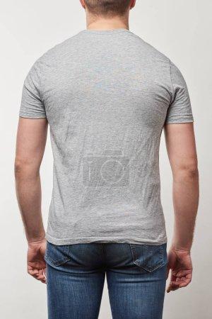 Foto de Vista parcial del hombre en camiseta con copia espacio aislado en gris - Imagen libre de derechos