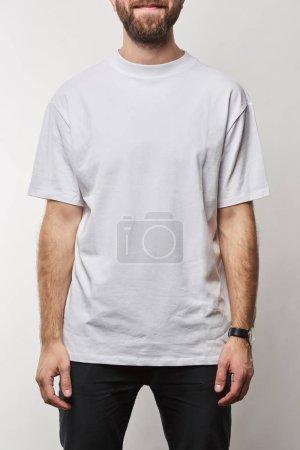 Foto de Vista parcial del hombre en camiseta color blanco con copia espacio aislado en gris - Imagen libre de derechos