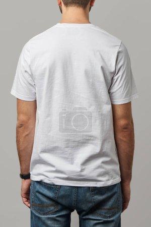 vue arrière de l'homme en t-shirt blanc avec espace de copie isolé sur gris