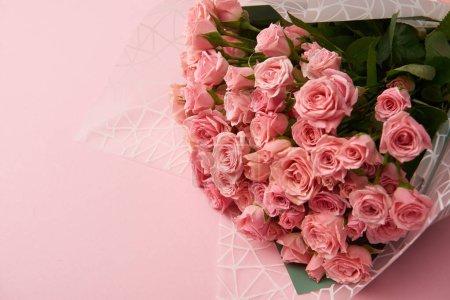 Photo pour Vue rapprochée de belles fleurs roses tendres sur fond rose - image libre de droit