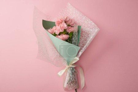 Photo pour Vue de dessus du bouquet de belles fleurs tendre isolé sur pink - image libre de droit