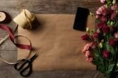 """Постер, картина, фотообои """"сверху вид красивых различные цветы, смартфон с пустой экран, ножницы и ленты на бумаге ремесло"""""""
