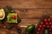 """Постер, картина, фотообои """"вид сверху тост с авокадо и черри томаты на деревянных фоне"""""""