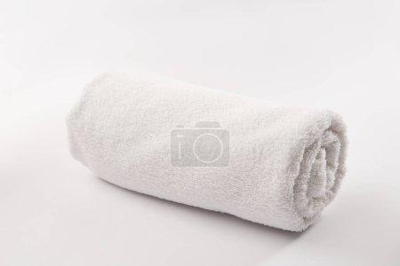 Foto de Toalla enrollada suave sobre fondo blanco - Imagen libre de derechos