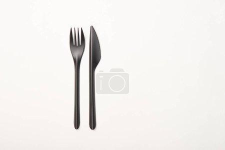 Photo pour Vue de dessus de fourchette et couteau isolé sur blanc - image libre de droit