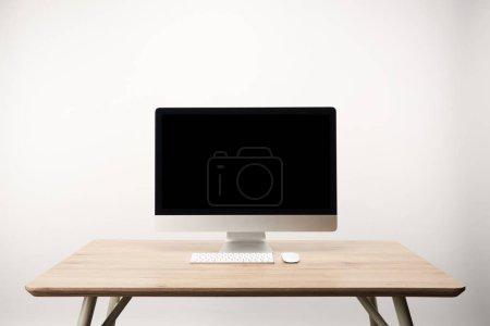 Foto de Lugar de trabajo con computadora de escritorio en mesa de madera aislado en blanco con espacio de copia - Imagen libre de derechos