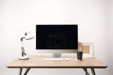 Photo pour Lieu de travail avec lampe, café aller, cadre photo et ordinateur de bureau avec espace copie isolé sur blanc - image libre de droit