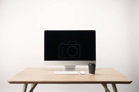Photo pour Lieu de travail avec ordinateur de bureau isolé sur blanc avec espace de copie et de café pour aller - image libre de droit