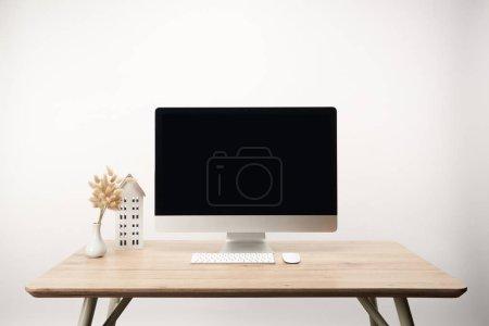 Photo pour Lieu de travail avec la maison modèle, fleurs séchées et ordinateur de bureau avec espace copie isolé sur blanc - image libre de droit