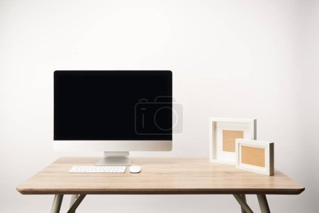 Foto de Trabajo con Marcos y computadora de escritorio con copia espacio, aislada sobre fondo blanco - Imagen libre de derechos