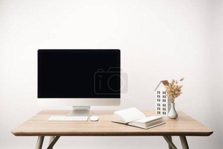 Photo pour Lieu de travail avec les fleurs séchées, maison modèle, ordinateur portable et ordinateur de bureau avec espace copie isolé sur blanc - image libre de droit