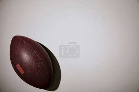Foto de Vista superior de la bola marrón sobre fondo blanco - Imagen libre de derechos
