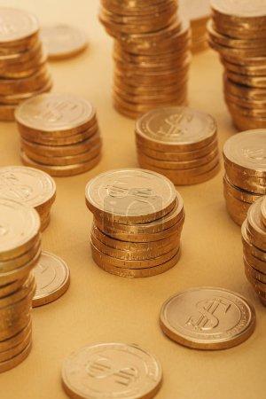 Photo pour Mise au point sélective des pièces d'or avec des signes de dollar isolés sur orange, st concept jour patrick - image libre de droit