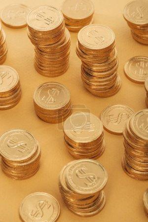 Photo pour Pièces d'or en métal avec des signes de dollar isolés sur orange, st concept jour patrick - image libre de droit