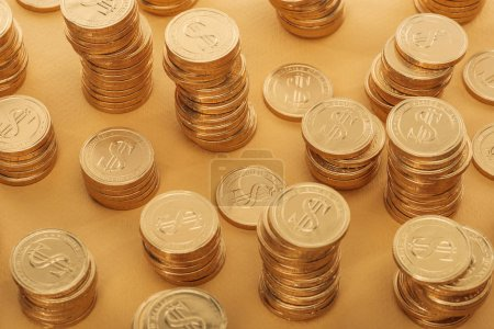 Photo pour Pièces d'or avec des signes de dollar isolés sur orange, st concept jour patrick - image libre de droit