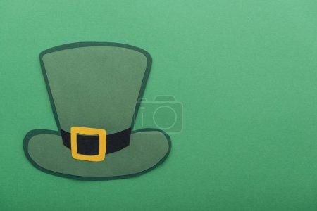Photo pour Vue du haut du chapeau en papier isolé sur vert avec espace de copie, concept st patrick day - image libre de droit