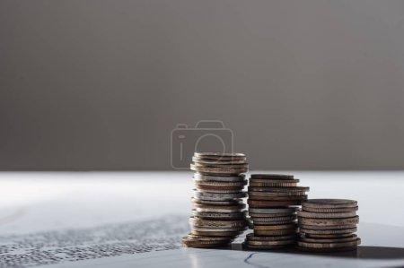 Photo pour Mise au point sélective des piles de pièces sur le document et flou fond gris - image libre de droit