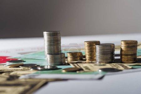 Foto de Enfoque selectivo de las pilas de billetes de dólar y euro con gris fondo borroso - Imagen libre de derechos