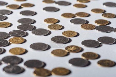 enfoque selectivo de plata ucraniana y monedas de oro sobre fondo gris