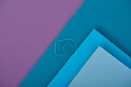 Ansicht von lila und blauen Papierbögen mit Kopierraum