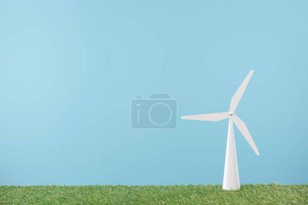 Photo pour Modèle moulin à vent sur gazon vert et fond bleu - image libre de droit