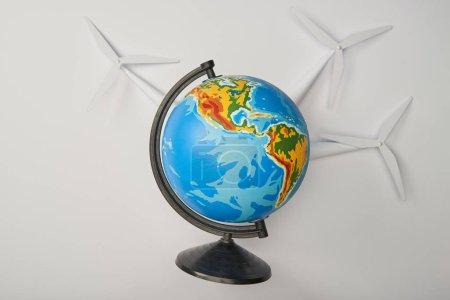 Foto de Globo con modelos de molino de viento sobre fondo blanco - Imagen libre de derechos