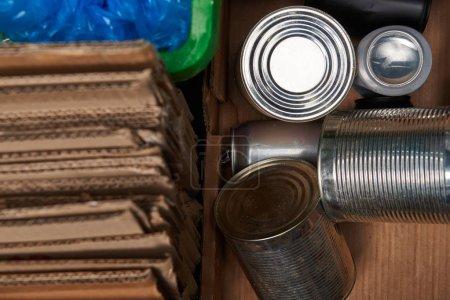 Photo pour Foyer sélectif de carton, polyéthylène, poubelles en fer - image libre de droit