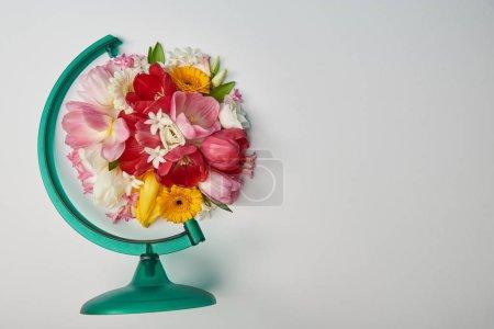 Photo pour Bouquet de fleurs disposées en forme de globe sur fond blanc - image libre de droit