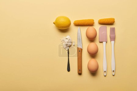 Photo pour Lay plat avec ustensiles de cuisine et ingrédients sur fond jaune, espace copie - image libre de droit