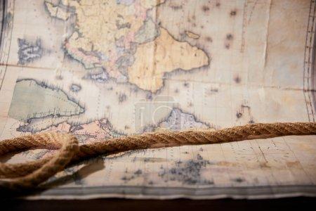 Photo pour Focalisation sélective de la corde et carte sur table en bois - image libre de droit
